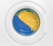 Ropa colorida limpia de la puerta de la lavadora Imágenes de archivo libres de regalías