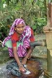 Ropa de Bangladesh del lavado de la mujer en la bomba de agua Imágenes de archivo libres de regalías