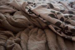 Ropa de cama modelada blanca, beige y floral imagenes de archivo