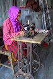 Ropa de costura del sastre de la costurera con una máquina de coser fotos de archivo