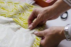 Ropa de costura de la preparaci?n del modelo del vestido, sector de la materia textil fotos de archivo