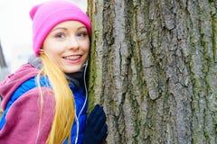 Ropa de deportes que lleva de la mujer que abraza el árbol Fotografía de archivo