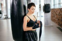 Ropa de deportes que lleva de la muchacha agradable atlética que se prepara para el combate en el gimnasio del deporte Imagen de archivo