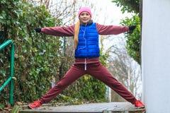 Ropa de deportes que lleva de la mujer que ejercita afuera durante otoño Imagen de archivo libre de regalías