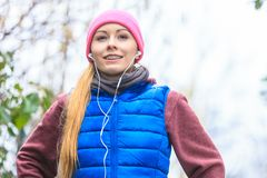 Ropa de deportes que lleva de la mujer que ejercita afuera durante otoño Imagen de archivo
