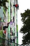 Ropa de la ejecución en la pared externa de la fachada del edificio viejo de la vivienda de protección oficial en Hong Kong foto de archivo