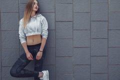 Ropa de la moda de la muchacha deportiva de la aptitud que lleva Imagen de archivo libre de regalías