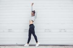 Ropa de la moda de la muchacha deportiva de la aptitud que lleva Imagen de archivo