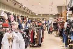 Ropa de la mujer en tienda de la alameda de compras dentro Fotos de archivo