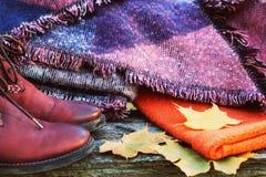 Ropa de la mujer de la moda de la caída fijada Diseño Suéter acogedor de moda Zapatos elegantes del encanto de la moda Hojas amar Fotografía de archivo libre de regalías
