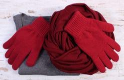 Ropa de lana femenina para el invierno en viejo fondo de madera Fotografía de archivo