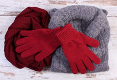 Ropa de lana femenina para el invierno en viejo fondo de madera Imagenes de archivo