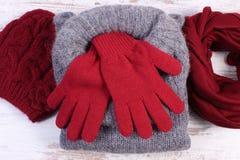 Ropa de lana femenina para el invierno en viejo fondo de madera Fotos de archivo