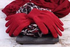 Ropa de lana femenina para el invierno en viejo fondo de madera Foto de archivo libre de regalías