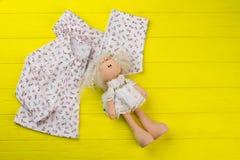 Ropa de las muchachas y muñeca rellena Imagen de archivo libre de regalías