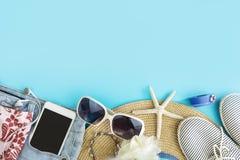 Ropa de las mujeres del verano de la moda fijada con los accesorios Fotos de archivo