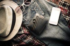 Ropa de los accesorios de vestir del viaje adelante en piso de madera Foto de archivo libre de regalías
