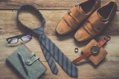 Ropa de los accesorios de vestir del viaje adelante en piso de madera Fotografía de archivo libre de regalías