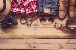 Ropa de los accesorios de vestir del viaje adelante en piso de madera Fotografía de archivo