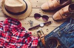 Ropa de los accesorios de vestir del viaje adelante en piso de madera Imagen de archivo