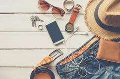 Ropa de los accesorios de vestir del viaje adelante para el viaje en el piso de madera blanco Fotos de archivo