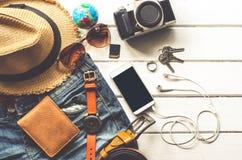 Ropa de los accesorios de vestir del viaje adelante para el viaje en el piso de madera blanco Fotografía de archivo libre de regalías