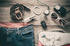 Ropa de los accesorios de vestir del viaje adelante para el viaje - entone el vintage Fotografía de archivo
