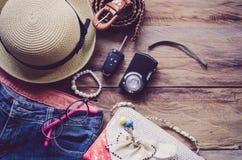 Ropa de los accesorios de vestir del viaje adelante para el viaje - entone el vintage Imagenes de archivo