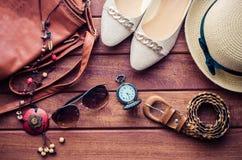 Ropa de los accesorios de vestir del viaje adelante para las mujeres en la madera Imagen de archivo
