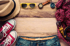 Ropa de los accesorios de vestir del viaje en piso de madera Fotos de archivo libres de regalías