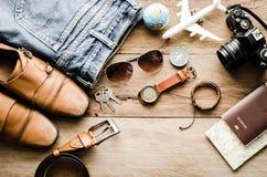 Ropa de los accesorios de vestir del viaje en piso de madera Fotografía de archivo