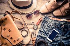 Ropa de los accesorios de vestir del viaje en piso de madera Fotos de archivo