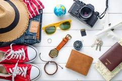 Ropa de los accesorios de vestir del viaje para el viaje en la madera blanca Fotos de archivo