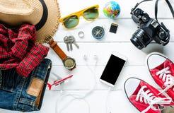 Ropa de los accesorios de vestir del viaje para el viaje en la madera blanca Fotografía de archivo libre de regalías