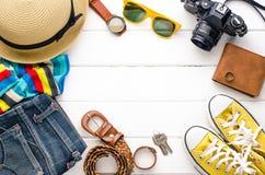 Ropa de los accesorios de vestir del viaje para el viaje en la madera blanca Imágenes de archivo libres de regalías