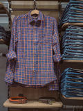 Ropa de los vaqueros de la tienda Ropa de la moda en estantes de una tienda Clo casuales Fotos de archivo