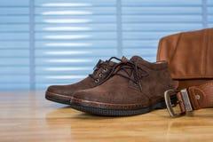 Ropa de moda del cuero del ` s de los hombres, zapatos, bolso y correa en la madera contrachapada t Fotos de archivo libres de regalías