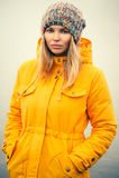 Ropa de moda del sombrero del invierno de la mujer que lleva joven Imagen de archivo