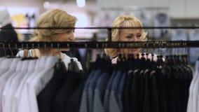 Ropa de moda que hace compras de las mujeres mayores hermosas almacen de video