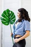 Ropa de presentación, que lleva de la mujer bastante joven del verano y ropa interior, Imagen de archivo