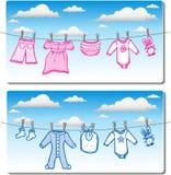 Ropa del bebé en línea de ropa foto de archivo