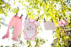 Ropa del bebé en la suspensión Imagen de archivo libre de regalías