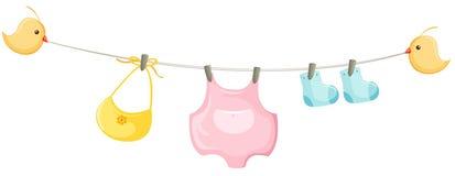 ropa del bebé en una cuerda para tender la ropa Fotos de archivo libres de regalías