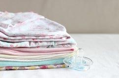 Ropa del bebé para recién nacido En colores rosados Fotos de archivo