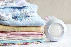 Ropa del bebé para recién nacido En colores rosados Imagenes de archivo