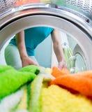 Ropa del cargamento del cabeza de familia en la lavadora Imágenes de archivo libres de regalías