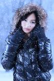 Ropa del invierno de la muchacha que lleva encantadora Foto de archivo libre de regalías