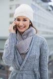 Ropa del invierno de la mujer que lleva magnífica alegre que tiene una llamada Fotografía de archivo
