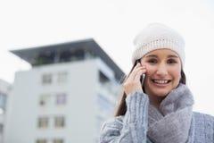 Ropa del invierno de la mujer que lleva magnífica feliz que tiene una llamada Foto de archivo libre de regalías