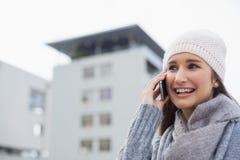 Ropa del invierno de la mujer que lleva magnífica feliz que tiene una llamada de teléfono Imagen de archivo